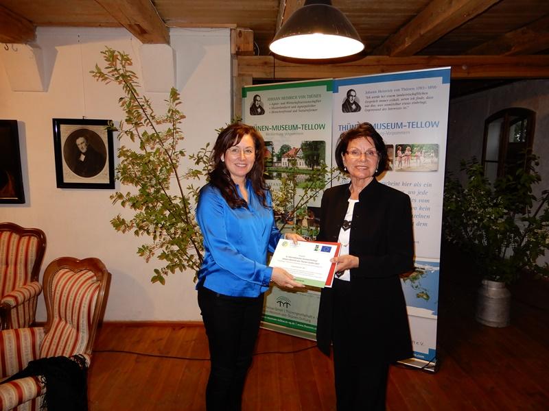 Marion Starck überreicht im Namen der LAG den Zuwendungsbescheid für die LEADER-Förderung an Dr. Heidrun Niemann (Vorsitzende des Fördervereins Bürgerhaus Gottin)