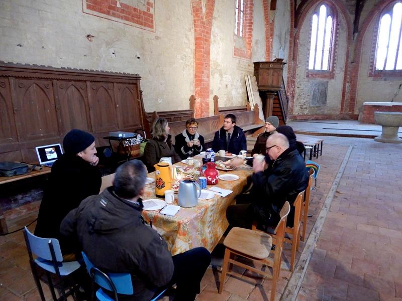 Austausch bei einem Baustellenfrühstück mit dem Freundeskreis Dorfkirche Eickelberg und der Kirchenverwaltung