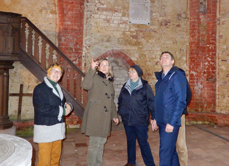 Landrat Sebastian Constien lässt sich die aktuellen Baumaßnahmen am Kirchenschiff erklären.