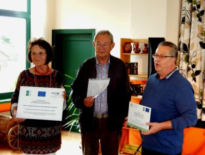Detlef Nickel überreicht im Namen der LAG einen LEADER-Fördermittelbescheid an die Gemeinde Warnkenhagen