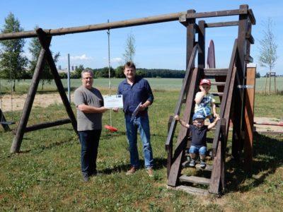 Detlef Nickel überreicht im Namen der Lokalen Aktionsgruppe einen Zuwendungsbescheid für die Neugestaltung des Spielplatzes in Remlin.