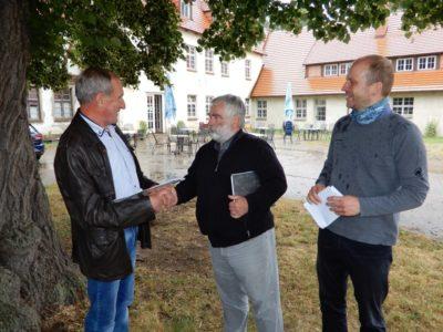 Hans-Georg Harloff überreicht den LEADER Zuwendungsbescheid an Dr. Ernst Schützler vom Förderverein Bützower Land e.V.