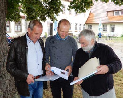 Dr. Ernst Schützler vom Förderverein Bützower Land e.V. zeigt die geplanten Standorte der Ladestationen auf.