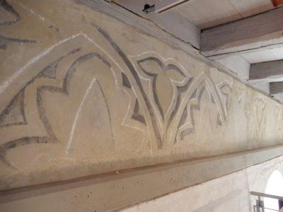 Der Wandfries war an vielen Stellen hohl und musste hinterfüllt und somit gefestigt werden.