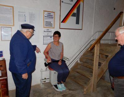 Dörte Schmidt von der Lokalen Aktionsgruppe bei einer ersten Testfahrt mit dem neuen Treppenlift.